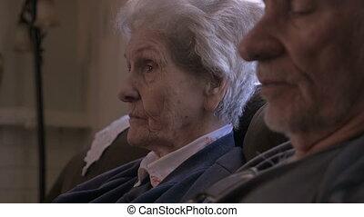 plus vieux, sofa, gens, deux, personnes agées, suivant, conversation, quoique, autre, chaque, séance