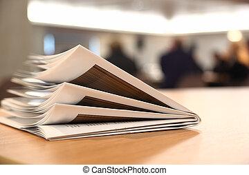 plusieurs, brochures, sur, table légère, dans, clair, salle,...