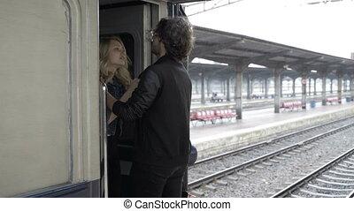 pluvieux, amour, partir, couple, jeune, étreindre, station, revoir, baisers, ferroviaire, jour, avant