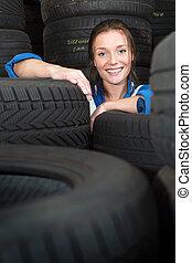 pneumáticos, mulher carro, cercado, jovem