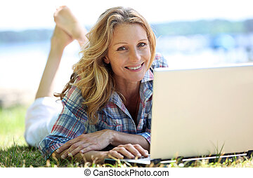 počítač na klín, manželka, mimo