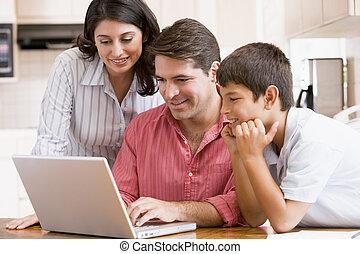 počítač na klín, usmívaní, rodina, kuchyně