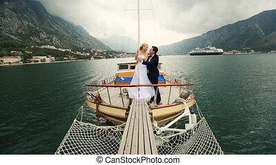 poślubna para, całowanie, na, przedimek określony przed rzeczownikami, rufa, od, przedimek określony przed rzeczownikami, statek, nawigacja, na, przedimek określony przed rzeczownikami, morze, w, czarnogóra, budva