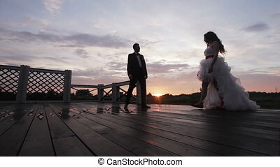 poślubna para, dzierżawa ręka, na, zachód słońca