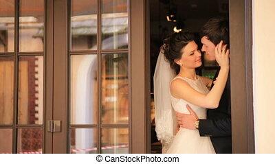 poślubny dzień, młody, panna młoda i oporządzają, siebie przeglądnięcia, z, miłość, strzał, w, powolny ruch, zatkać się