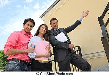 pośrednik w sprzedaży nieruchomości, dom, para, ich, przód, nowy