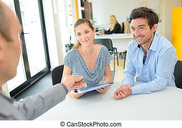 pośrednik w sprzedaży nieruchomości, para, spotkanie, młody