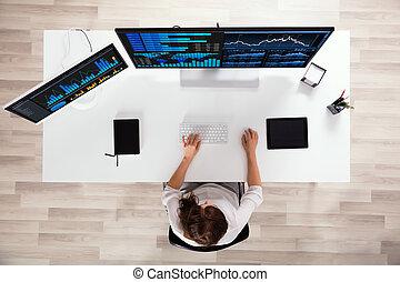 pośrednik, wykresy, komputer, analizując, targ, pień