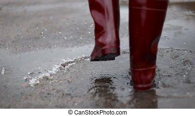 po, kobieta, kroki, kałuża, jesień, czyścibut, błotnisty, czerwony, ścierka, przez, deszcz
