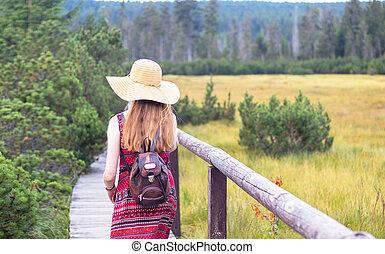 po, -, maličkost, manželka, chodník, klobouk, vlas, mládě, názor, dřevěný, obránce, dlouho, jde
