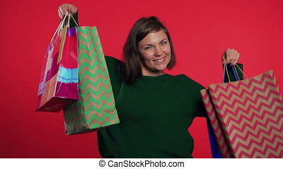 po, mnóstwo, studio, pieniądze, młody, sprzedaż, czerwony, sezonowy, zakupy, tło., spędzając, nabycia, pojęcie, dary, odizolowany, papier, kobieta, barwny, szczęśliwy