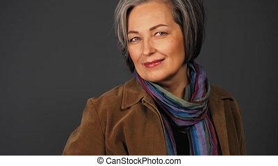 poche, dame, sexy, casual., correct, appareil-photo., elle, vieilli, main, mi, joli, regarder, autre, une, 422, femme, prores, quoique, cheveux