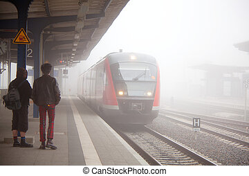 pociąg, mgła, przybycie