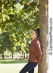 pociągający, drzewo, nachylenie przeciw, kobieta, zamknięte wejrzenie