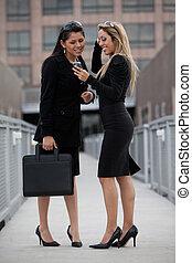 pociągający, hispanic, na wolnym powietrzu, businesswomen, dwa