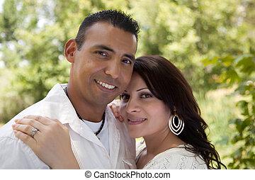 pociągający, hispanic para, w parku