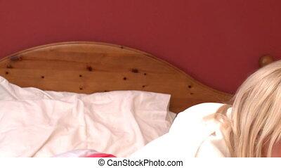 pociągający, kobieta, cyganiąc na dół, na łóżku