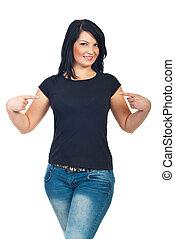 pociągający, kobieta spoinowanie, do, jej, t-shirt