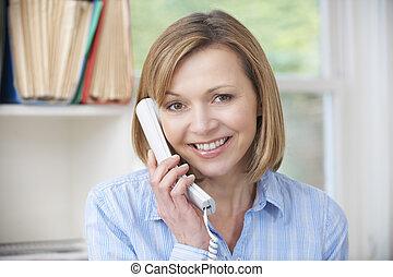 pociągający, kobieta, używając, telefon, w, dom biuro