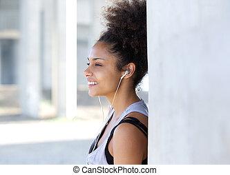 pociągający, młoda kobieta, uśmiechanie się, z, earphones
