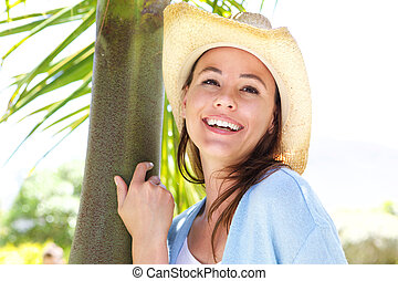 pociągający, młoda kobieta, w, kapelusz, uśmiechanie się, outdoors