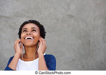 pociągający, młody, czarna kobieta, uśmiechanie się, z, earphones