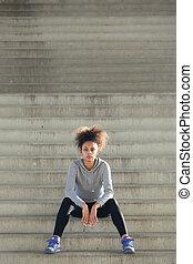 pociągający, młody, ma na sobie kobietę, posiedzenie, sam, na, kroki