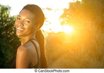 pociągający, młody, ma na sobie kobietę, uśmiechanie się, outdoors
