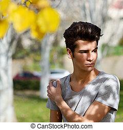 pociągający, młody, przystojny, człowiek, wzór, od, fason, w parku