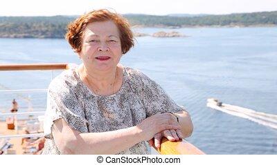 pociągający, starsza kobieta, stoi, na, statek, pokład, w, popołudnie