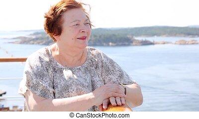 pociągający, starsza kobieta, stoi, na, statek, pokład, w, słoneczny, pogoda