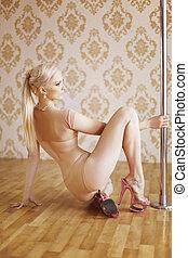 pociągający, szczupły, słup, taniec, dziewczyna, z, blond włos, przedstawianie, na podłodze