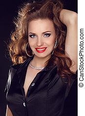 pociągający, uśmiechnięta kobieta, z, piękno, długi brunatny włos, -, przedstawianie, na, studio