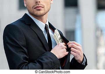 pocketing, compañía, dinero., tiro cosechado, de, un, hombre de negocios, colocación, dinero, en, el suyo, bolsillo