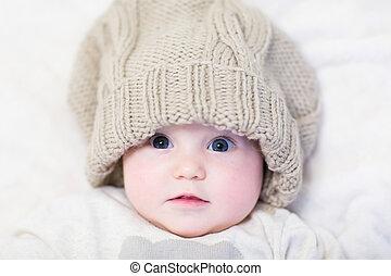 poco, bambino, cappello, enorme, lavorato maglia