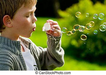 poco, bolle soffiano, bambino