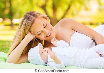 poco, coperta, madre, bambino, dire bugie, felice