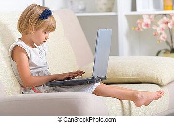poco, divano, laptop, ragazza, seduta