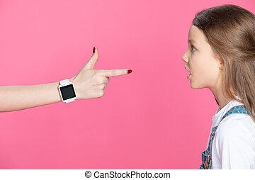 poco, el señalar de la mujer, sorprendido, mirar, smartwatch, dedo, niña, vista lateral