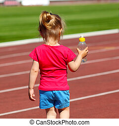 poco, estadio, agua, lleva, botella, nena