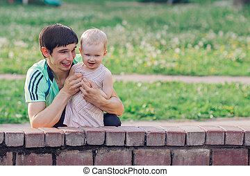 poco, felice, standing, fontana, padre, suo, park., figlia