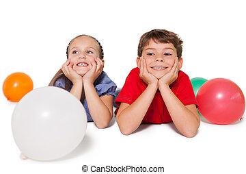 poco, feliz, globos, sonriente, niños