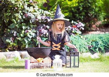 poco, halloween., periodo lanciante, trucco, strega, costume, treat., ragazza, adorabile, o