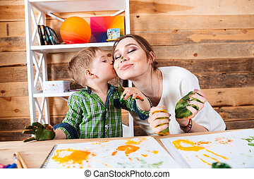 poco, hijo, besar, madre, y, tener diversión, utilizar, pinturas
