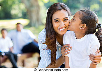 poco, indio, niña, besar, ella, madre