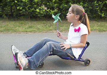poco, juguete, conducción, ella, niña, feliz