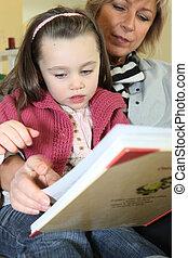 poco, lei, libro, nonna, lettura ragazza