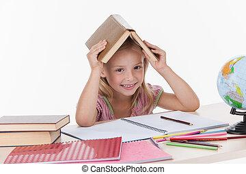 poco, letteratura, seduta, studiare, testa, sorridere., mentre, libro, presa a terra, ragazza, tavola., bianco