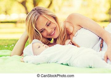 poco, manta, madre, bebé, acostado, feliz