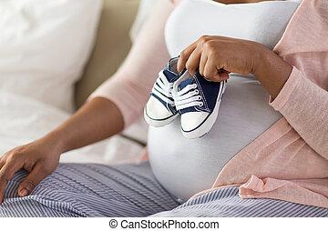 poco, mujer, embarazada, bootees, africano, bebé